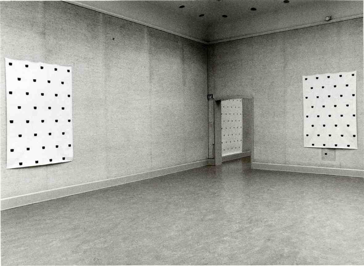 Niele Toroni : Afdrukken van een penseel nr. 50 met regelmatige tussenafstanden herhaald (30 cm)